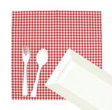 Hoogste meningsplaat met vork en lepel op tafelkleed voor voedselservin Stock Foto's