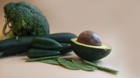 Hoogste meningsportret van assortiment van verse ruwe groene groenten op lichte achtergrond royalty-vrije stock foto