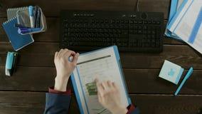 Hoogste meningsschot Een mens zorgvuldig onderzoekt de grafiek stock videobeelden