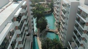 Hoogste meningsschot Zwembaden die palmen en groene tuin in de mooie tropische lucht hoogste mening omringen stock videobeelden