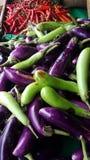 Hoogste Meningsstapel van Verse Spaanse peper en Rijpe Roodgloeiende Spaanse peper op de Markt voor Verkoop in de Groentenmarkt v royalty-vrije stock foto