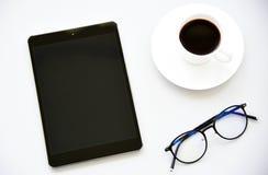 Hoogste meningstablet, pen, glazen en Laptop royalty-vrije stock afbeelding