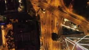 Hoogste meningsuitwisseling van een stad bij nacht voorraad Belangrijke infrastructuur in stad Hoogste mening van het verkeer bij stock video