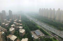 Hoogste meningsweg met strenge luchtvervuiling, mist en nevel in de stad van Peking, China royalty-vrije stock afbeelding