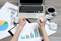Hoogste overheadkosten boven dichte omhooggaande mening van werkplaats met diagrammen, kop van koffie, laptop op het en handen di royalty-vrije stock afbeeldingen