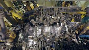 Hoogste panorama van het maken van autolichaam door robots op een autofabriek stock video