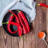 Hoogste rode de Spaanse peperpeper van de menings Kruidige grond op de zwarte plaat op de donkere houten achtergrond Selectieve n Royalty-vrije Stock Afbeelding