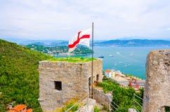 Hoogste satellietbeeld van Golf van het turkooise water van Spezia, oude steenmuur van het kasteeltoren van Castello Doria met vl royalty-vrije stock fotografie
