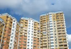 Hoogste sectie moderne flatgebouwen Stock Foto's