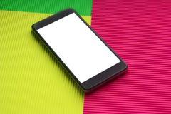 Hoogste smartphone van het meningsmodel tegen in veelkleurige achtergrond stock foto