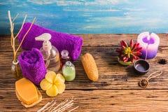 Hoogste view spa aromatherapy A reeks van de therapie van het Kuuroordaroma op het houten bureau Stock Fotografie