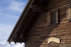 Hoogste vloer van houten hotel in de winterbergen stock afbeeldingen