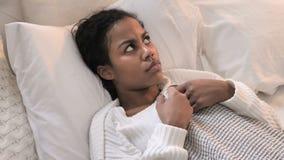Hoogste Weergeven van het Bang gemaakte Jonge Afrikaanse Vrouw Leggen in Bed in Schok stock videobeelden
