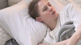Hoogste Weergeven van Jonge Vrouwenontwaken in Schok, Nachtmerrie stock videobeelden