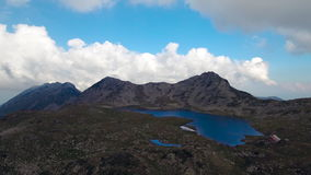 Hoogte in de berg, het meer en de pieken stock footage