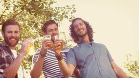In hoogte - de vrienden die van het kwaliteitsformaat hipster een bier hebben samen stock videobeelden