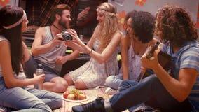 In hoogte - de vrienden van het kwaliteitsformaat hipster door kampeerautobestelwagen bij festival stock videobeelden