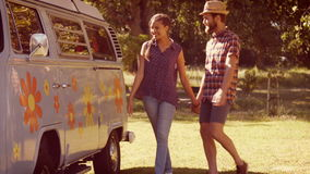 In hoogte - het paar die van het kwaliteitsformaat hipster pret hebben samen stock footage