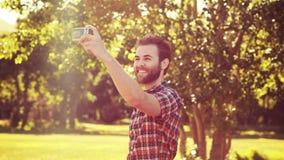 In hoogte - knappe hipster die van het kwaliteits4k formaat een selfie nemen stock videobeelden