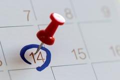 Hoogtepin op kalender veertien de dag van de liefdevalentijnskaart Stock Fotografie
