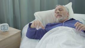 Hoogtepunt die van sterkte en energiemensenontwaken in zijn comfortabel bed zich aan nieuwe dag verheugen stock footage
