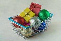 Hoogtepunt van de ballen van de Kerstmisdecoratie en de dozen van de giftchocolade in m Royalty-vrije Stock Afbeeldingen