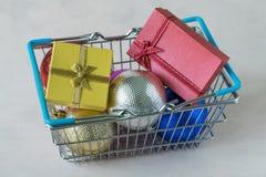 Hoogtepunt van de ballen van de Kerstmisdecoratie en de dozen van de giftchocolade in m Stock Fotografie