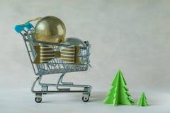 Hoogtepunt van de ballen van de Kerstmisdecoratie in miniatuur boodschappenwagentje Royalty-vrije Stock Fotografie