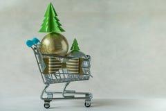 Hoogtepunt van de ballen van de Kerstmisdecoratie in miniatuur boodschappenwagentje Royalty-vrije Stock Afbeelding