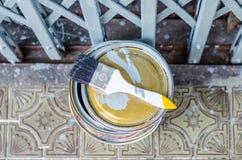 Hoogtepunt van grijze verftin en verfborstel stock foto's