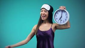 Hoogtepunt van het kielzog van de energievrouw omhoog vroeg in ochtend, gezonde levensstijl, het slapen waarde stock footage