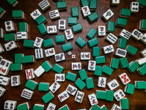 Hoogtepunt van Mahjongtegels op houten lijstachtergrond Royalty-vrije Stock Afbeelding