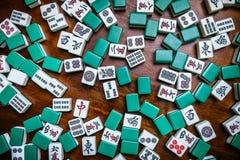Hoogtepunt van Mahjongtegels op houten lijstachtergrond Royalty-vrije Stock Fotografie