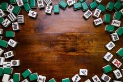 Hoogtepunt van Mahjongtegels op houten lijstachtergrond Stock Foto
