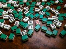 Hoogtepunt van Mahjongtegels op houten lijstachtergrond Stock Afbeeldingen