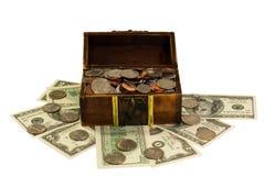 Hoogtepunt van muntstukken en dollarsborst die op wit wordt geïsoleerdd Stock Foto