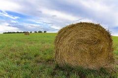 Hooi en balen van stro in de recente zomer Royalty-vrije Stock Foto's