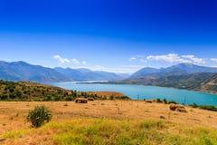 Hooibalen, bergen, het landschap van Oezbekistan Stock Afbeelding