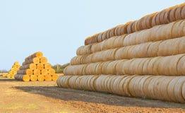 Hooibalen op het gebied na oogst Stock Foto