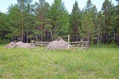 Hooiberg op het gebied bij de rand van het bos in het platteland Stock Afbeelding