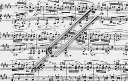 Hooivork op bladmuziek - kunstachtergrond stock afbeeldingen