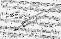 Hooivork op bladmuziek - kunstachtergrond stock foto's