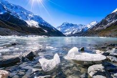 Hooker het Meer en Aoraki zetten Cook, Zuideneiland, Nieuw Zeeland op Royalty-vrije Stock Foto's