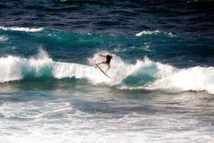HOOKIPA-STRAND, MAUI, HAWAII/FÖRENTA STATERNA - JANUARI 31, 2015: En surfare som rider en våg Royaltyfria Foton