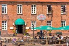 HOOKSIEL, GERMANIA - 11 GIUGNO 2017: Vista delle costruzioni e del caffè della via Fotografie Stock