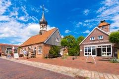 HOOKSIEL, WANGERLAND, ALEMANHA - 11 DE JUNHO DE 2017: Museu de Hooksiel, escola, câmara municipal, a administração do recurso de  Fotos de Stock