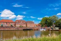 HOOKSIEL WANGERLAND, TYSKLAND - JUNI 11, 2017: Gammal port Kopiera utrymme för text Fotografering för Bildbyråer