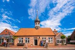 HOOKSIEL WANGERLAND, TYSKLAND - JUNI 11, 2017: Hooksiel museum, skola, stadshus, hälsohemadministration Kopieringsutrymme för te Arkivbilder