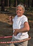 Hoola mayor de la mujer hooping Imagenes de archivo