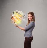 Hoolding anteckningsbok för ung dam med färgrika abstrakta bokstäver Arkivfoto
